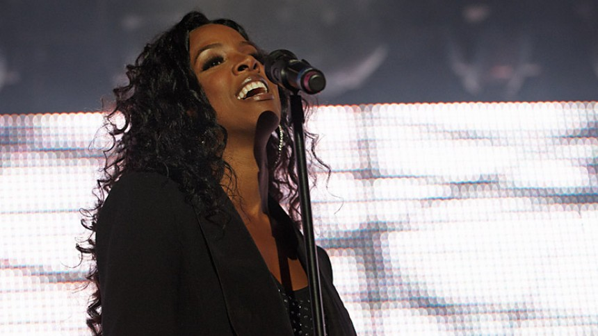 Kelly Rowland blotter bryster til koncert