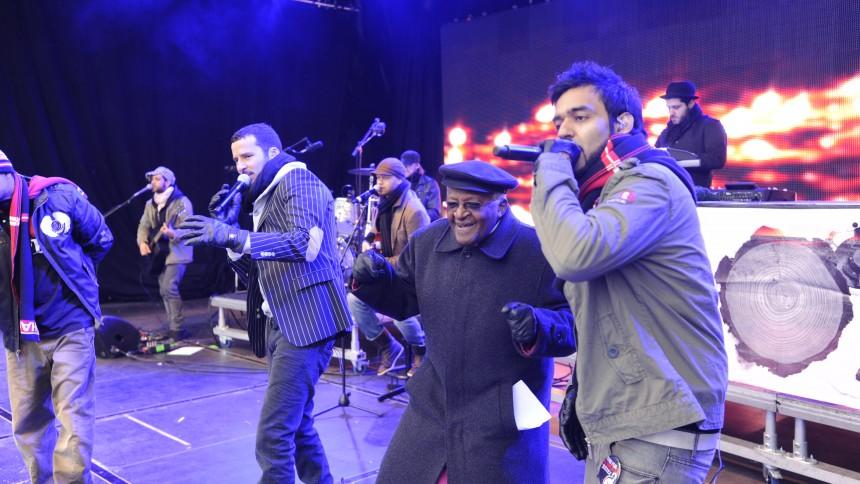 Desmond Tutu danser med Outlandish