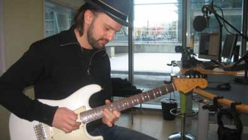 Tim Christensen donerer guitar til Danmarks Indsamling 2010