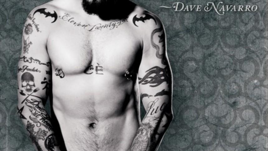 Dave Navarro smider kludene