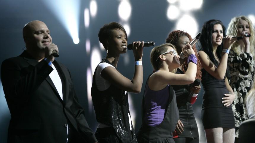 X Factor-finalisterne på skolebænken