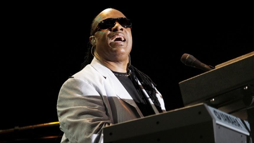VIDEO: Stevie Wonder spiller nye sange til Biden-stormøde