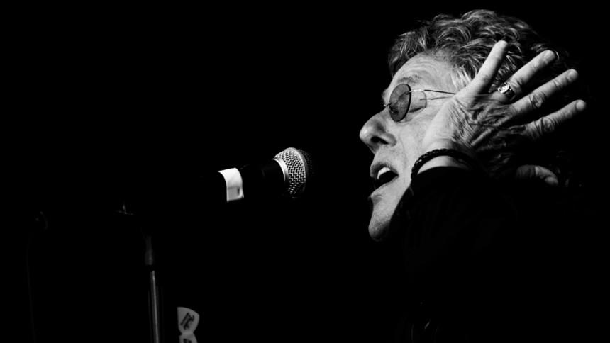 VIDEO: Roger Daltrey smasker fødselsdagskage i hovedet på tidligere Skid Row-frontmand