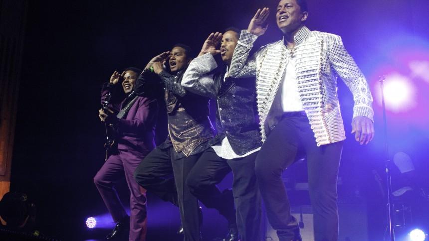 Jackie Jackson: Vi føler, at Michael er dér på scenen med os