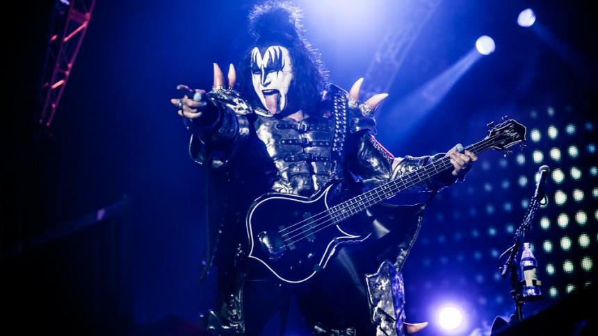 Video: Gene Simmons snubler på scenen under Kiss-koncert