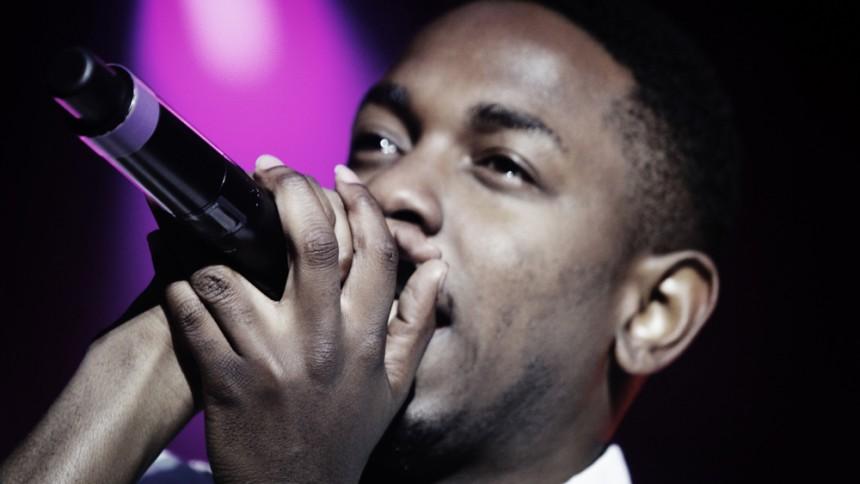 Kendrick Lamar optræder på kørende bil