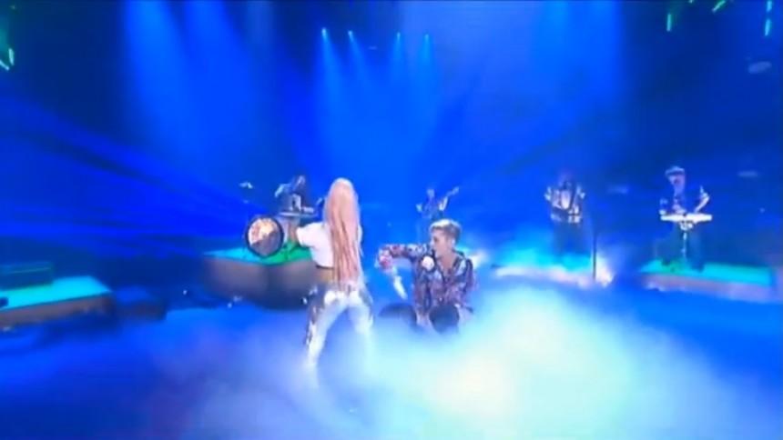 Se Miley Cyrus optræde med twerkende dværg