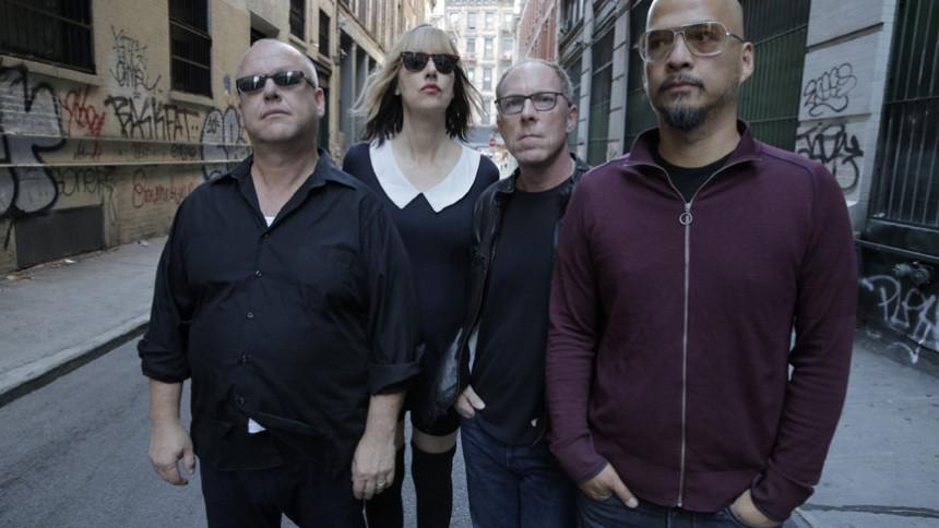 Se Pixies optræde med nye sange