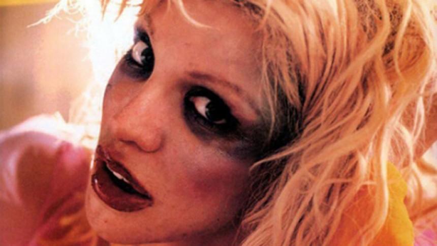 Se Courtney Love synge opera