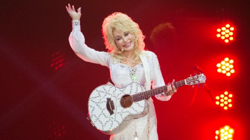 Dolly Parton donerer én million dollars til kampen mod corona