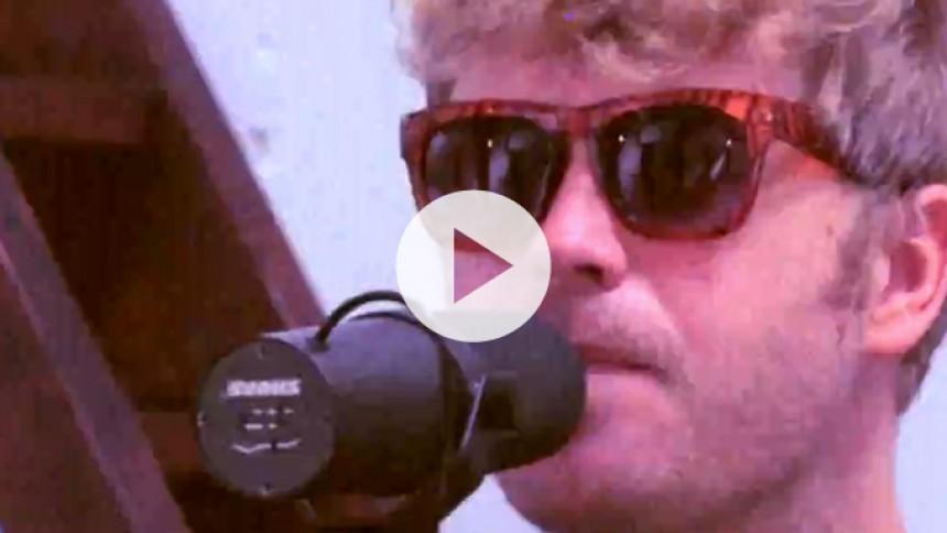 Se Christian Hjelm fremføre ny sang live – og læs stort interview