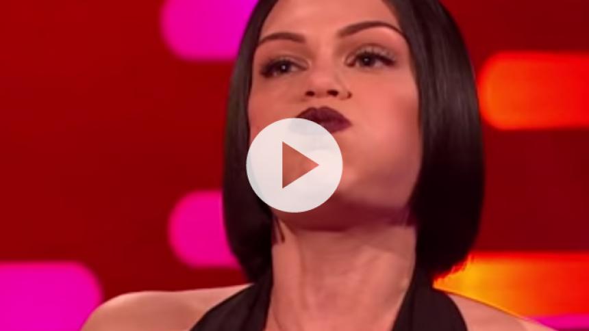 Se Jessie J synge med lukket mund