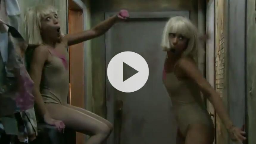 Video: Sia leverer bizart sceneshow til Grammy Awards