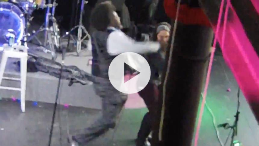 Se Afroman knockoute kvinde under koncert