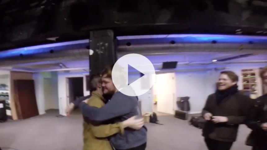 Video: Rasmus Walter siger undskyld til opvarmningsband