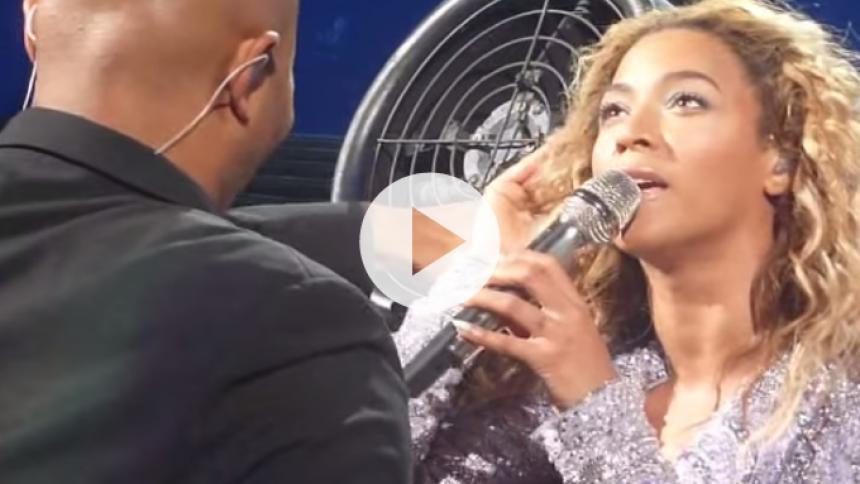 Se video: Beyoncés hår sidder fast i blæser under koncert