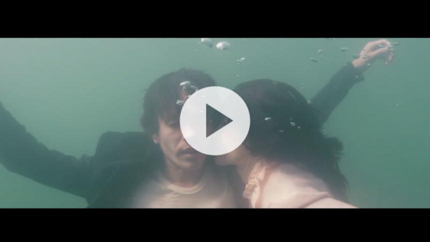 Fun-sanger går solo – se musikvideo med store armbevægelser