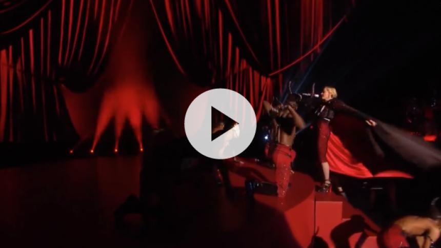 Se Madonna falde ned ad trappe til Brit Awards