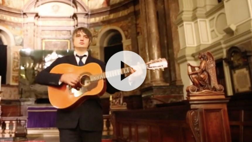 Video: Pete Doherty ser sig selv korsfæstet