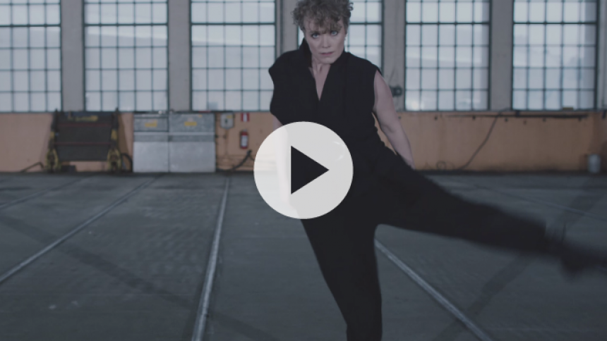 Video: Se Ane Brun som imponerende solodanser