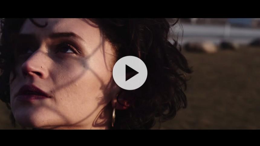 Se ung kvinde stikke hjemmefra i Johnsons nye video