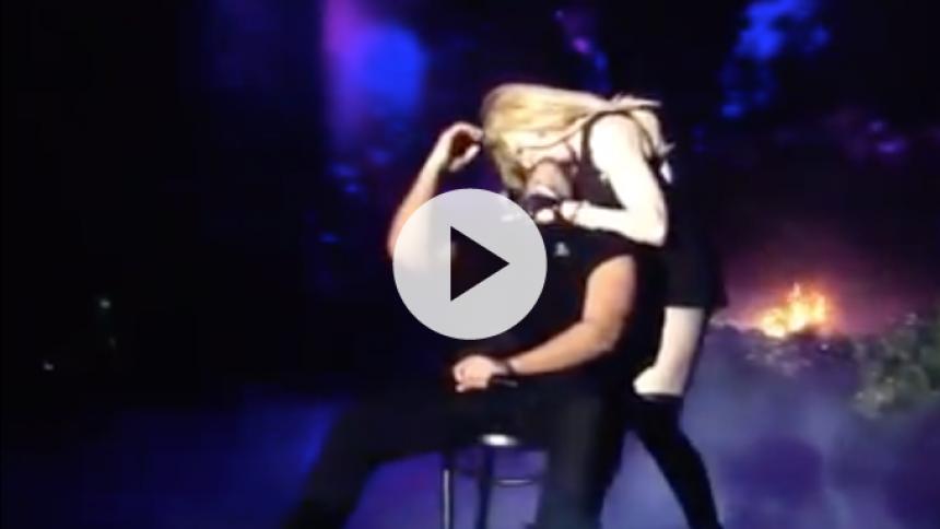 Se Madonna give Drake en snaver