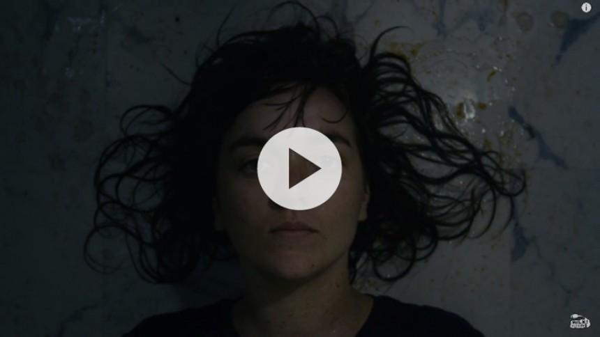 Courtney Barnett udsender rørende, mørk musikvideo