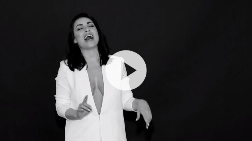 Szhirley hylder kontrasterne i ny musikvideo