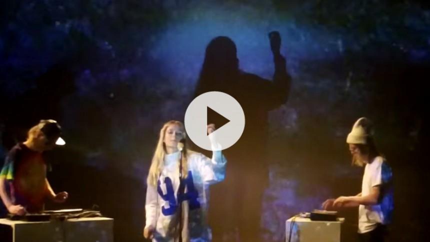 Spot-aktuelle Soleima slipper stemningsfuld live session-video