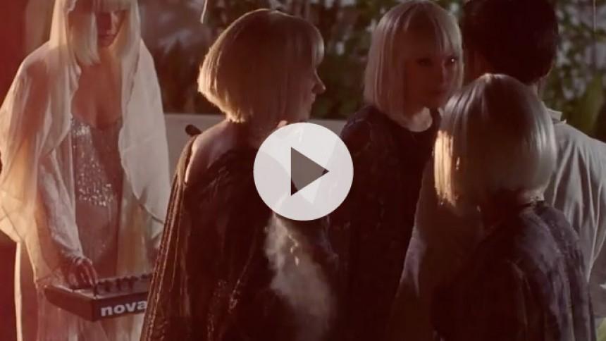 Sia teamer up med kloner og legenden Giorgio Moroder i ny video
