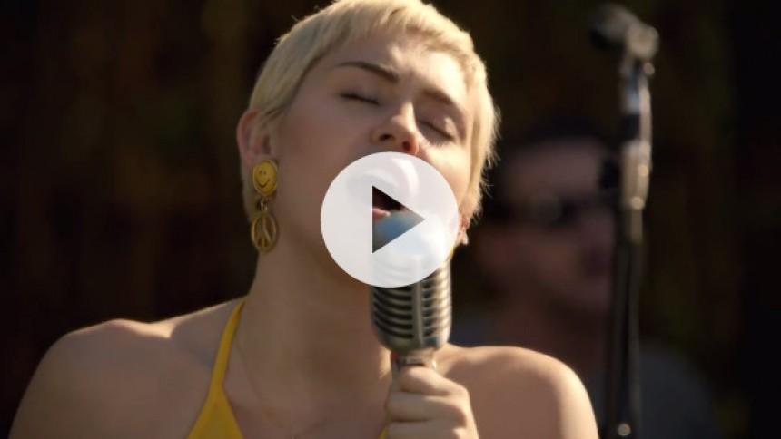 Se Miley Cyrus fortolke Paul Simon og The Turtles