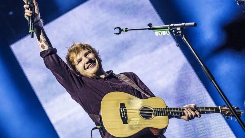 Se Ed Sheeran overraske fan under optræden i indkøbscenter