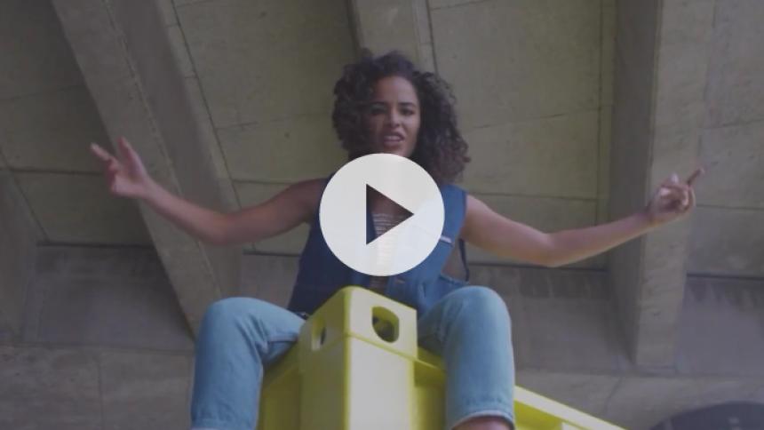Anya kaster håndtegn efter pralhalse i ny musikvideo