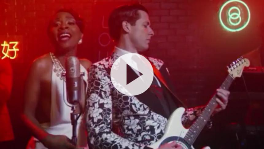 Mark Ronson bevæger sig i kriminelle løbebaner i ny musikvideo