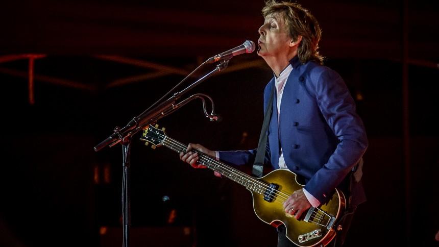 Video: Se Paul McCartney spille Beatles-sang med Nirvana-bassist