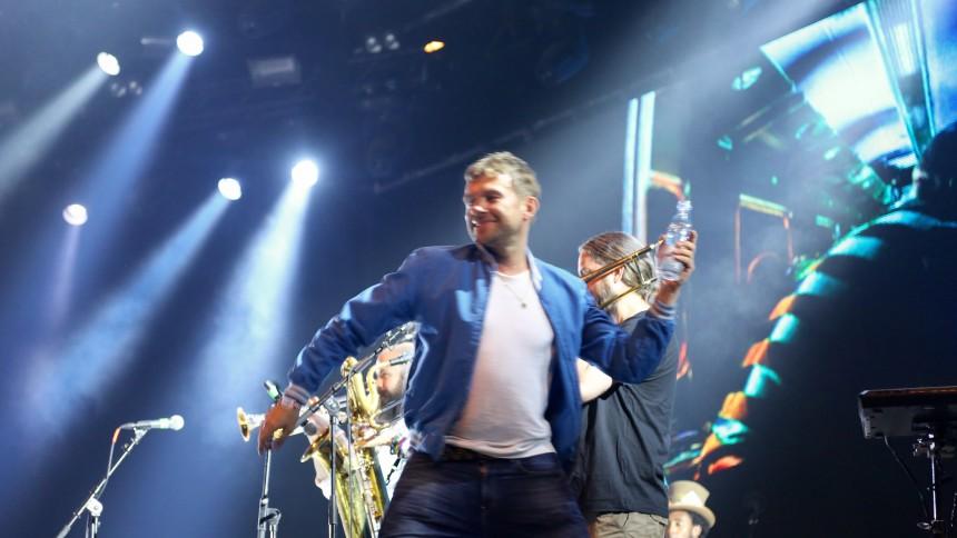 Video: Damon Albarn skulle bæres fra scenen på Roskilde