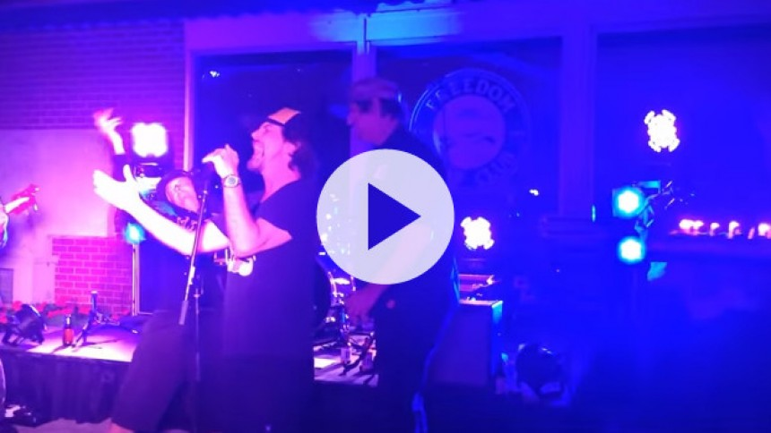 Se Eddie Vedder synge fødselsdagssang til sine brødre