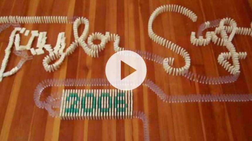 Video: Taylor Swift hyldet med tusindvis af væltende dominobrikker