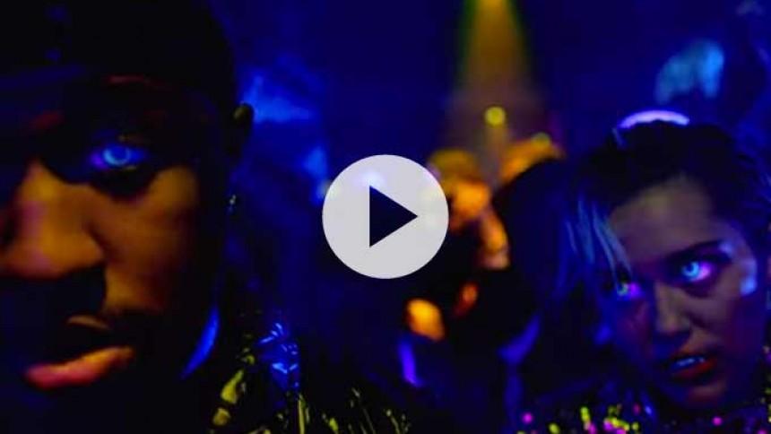 Se Miley Cyrus på natklub i ny video