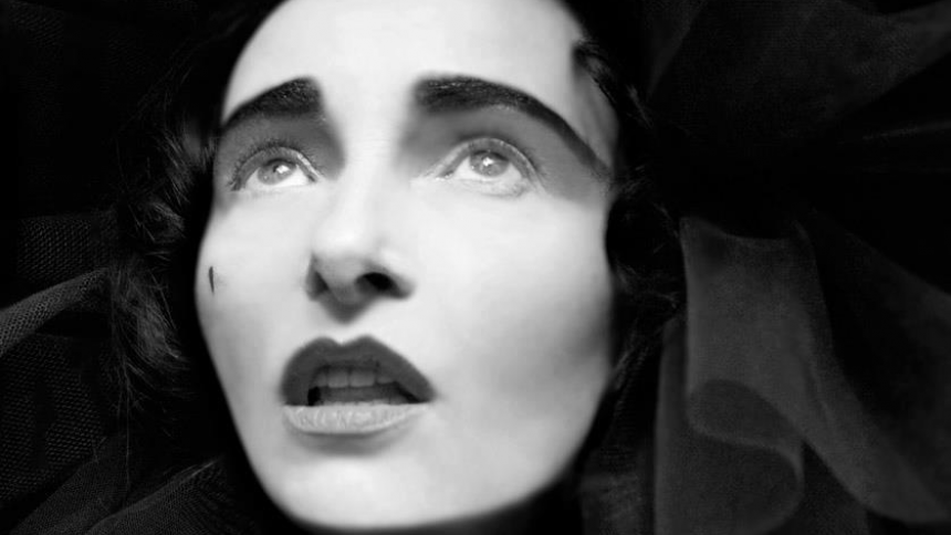 Lyt: Punkikonet Siouxsie Sioux udgiver sang til Mads Mikkelsen-serie