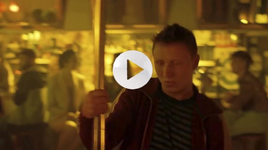 Se: Barstemning, basarm og bare maver i Kenton Slash Demon-video