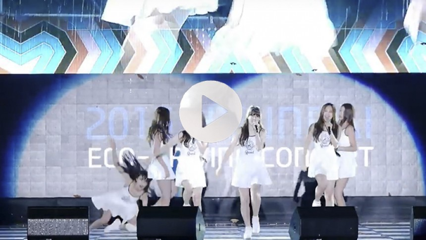 Video: Sydkoreansk pigeband, der falder på scenen, hitter på nettet