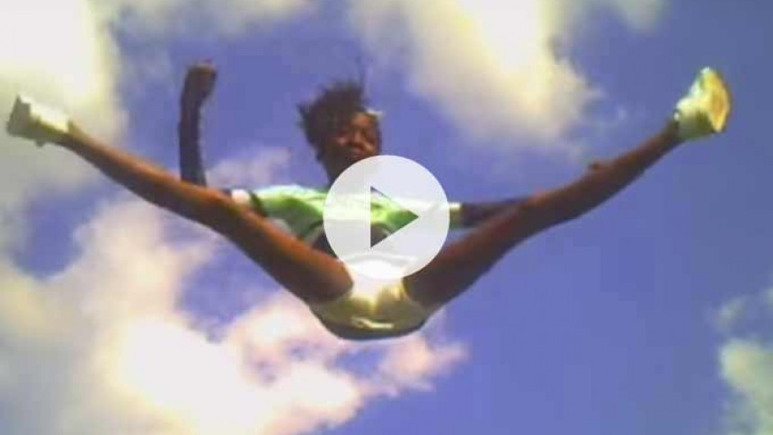 Se Fallulahs nye video –med cheerleaders og boblegummi