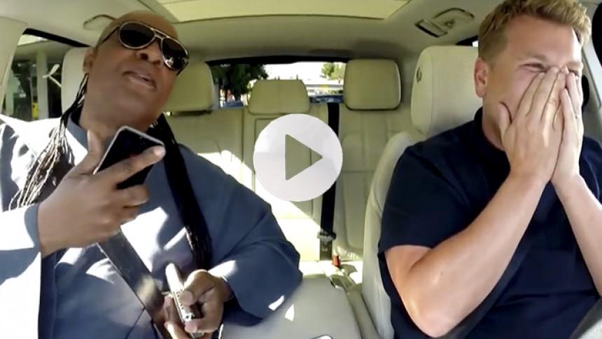 Se veloplagt Stevie Wonder synge karaoke i bil