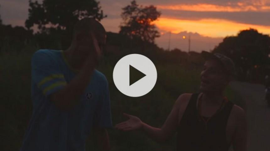 Hele verden rider med Camilo & Grande i ny musikvideo