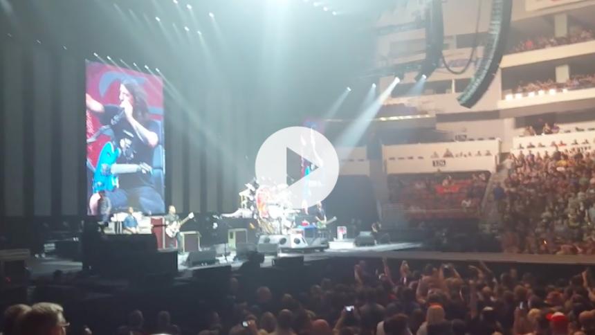 Video: Dave Grohl gør nar ad kyllingspisende publikum