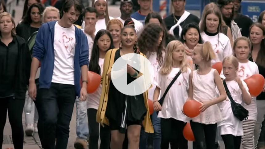 Cisilia spreder kærlighed sammen med fans i ny musikvideo