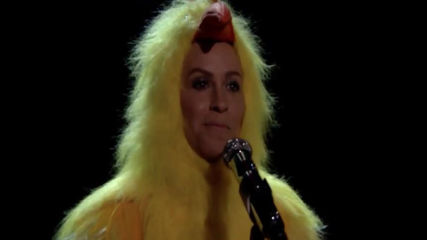 Video: Alanis Morissette synger Ironic i kyllingekostume