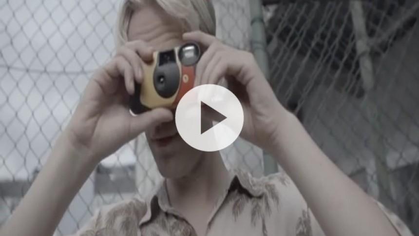 Video: Scarlet Pleasure genopliver de pastelfarvede, poppede 90'ere