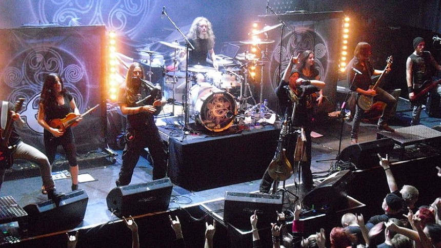 Schweiziske Eluveitie blander folkemusik og dødsmetal live i Danmark